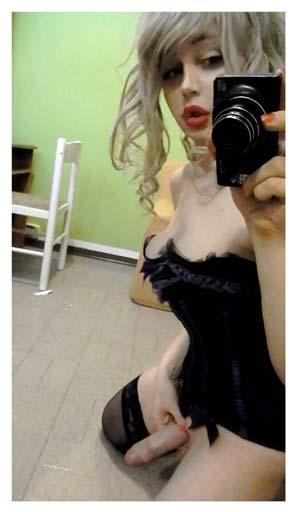 Shemale de 20 ans douée en photo et turlutte