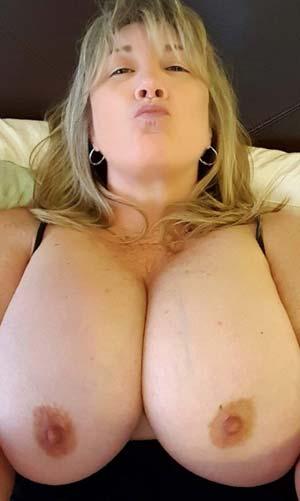 Maman transsex aux gros nichons à lécher