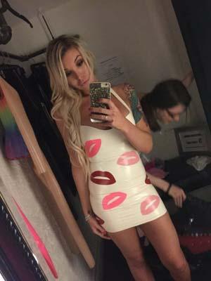 Transexsuelle mature dans sa robe bisous