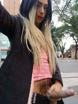 Trans exhib montre sa queue dans la rue